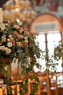 Ρομαντικός στολισμός λαμπάδας γάμου με mini roses και πρασινάδα