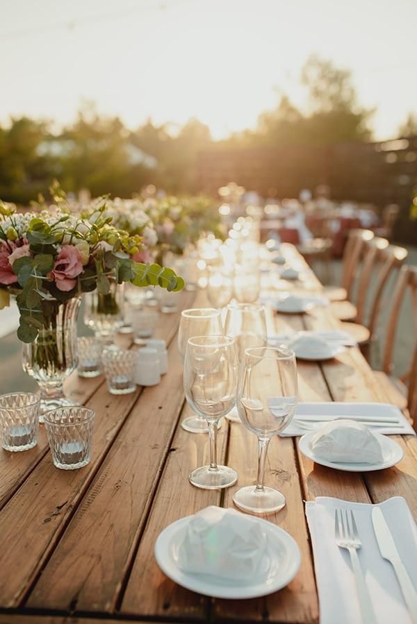 Ρομαντικός στολισμός ξύλινων τραπεζιών δεξίωσης με λουλούδια