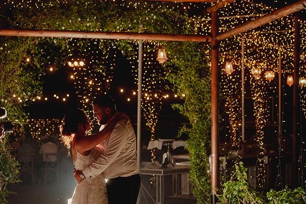 Ρομαντικός στολισμός υπαίθριας δεξίωσης γάμου με χαμηλό φωτισμό