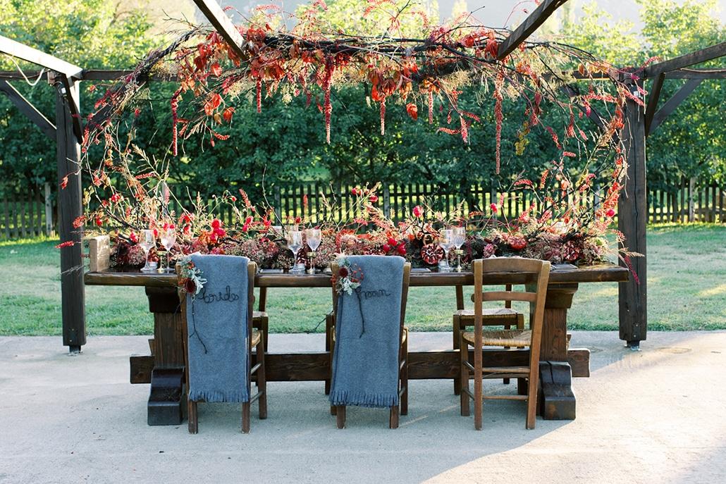 Στολισμός γαμήλιου τραπεζιού με εντυπωσιακές κρεμαστές και επιτραπέζιες συνθέσεις λουλουδιών