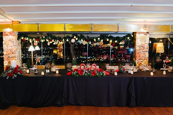 Γιορτινός στολισμός για το γαμήλιο τραπέζι χειμωνιάτικου γάμου