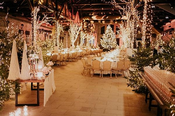 Εντυπωσιακή διακόσμηση δεξίωσης για χριστουγεννιάτικο γάμο
