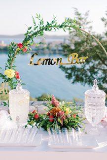 Στολισμός lemonade bar με κυκλική αψίδα και λουλούδια