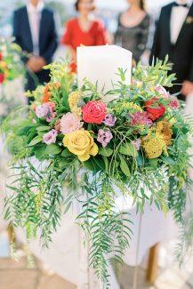 Μοντέρνος στολισμός λαμπάδας με τριαντάφυλλα και χρυσάνθεμα