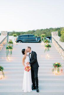 Ρομαντικός στολισμός εισόδου δεξίωσης με κεριά και λουλούδια