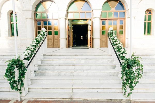 Ρομαντικός στολισμός για προαύλιο εκκλησίας με φρέσκα λουλούδια