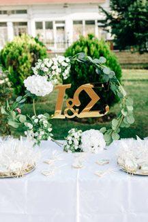 Στολισμός dessert table για υπαίθρια δεξίωση γάμου