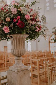 Υπέροχος ανθοστολισμός εκκλησίας με αμφορείς από λουλούδια