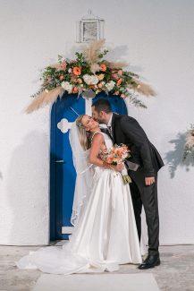 Στολισμός εισόδου εκκλησίας με γιρλάντα λουλουδιών