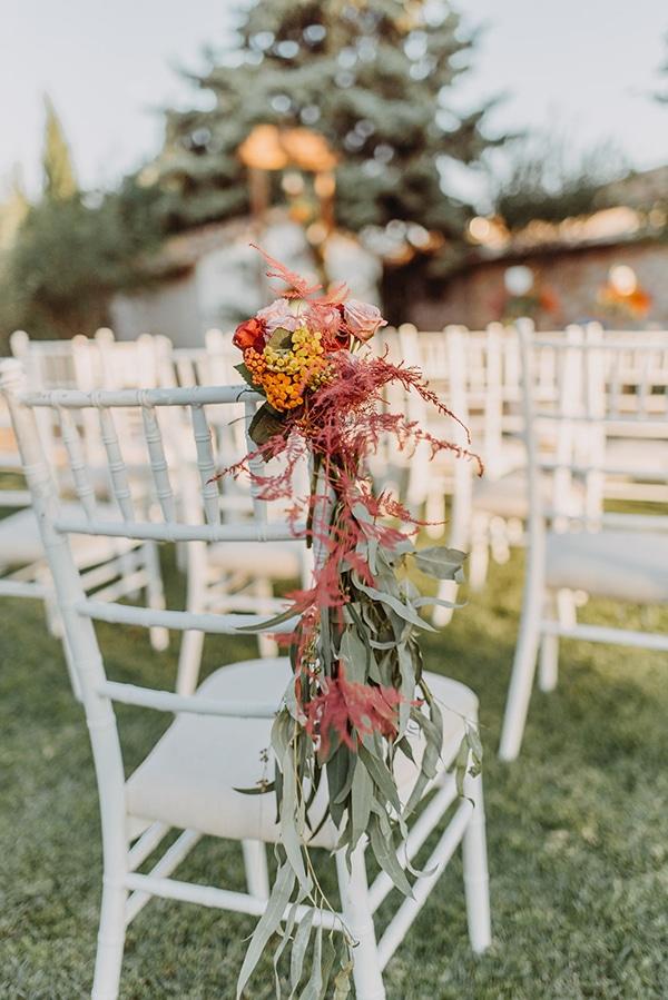 Στολισμός καρέκλας με λουλούδια σε κοραλί αποχρώσεις
