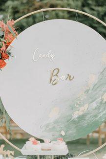 Elegant στολισμός dessert table για δεξίωση γάμου εξωτερικού χώρου