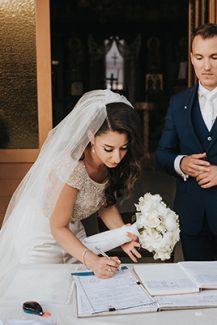 Ρομαντικός στολισμός λαμπάδας γάμου σε λευκούς τόνους