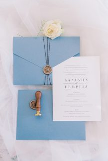 Μοναδικά προσκλητήρια γάμου από Atelier Invitations σε dusty blue αποχρώσεις