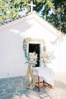 Στολισμός λαμπάδας εκκλησίας με όμορφα λουλούδια σε παστέλ αποχρώσεις και μποέμ λεπτομέρειες