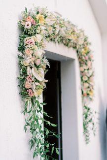 Υπέροχος στολισμός εισόδου εκκλησίας με πλούσια γιρλάντα λουλουδιών