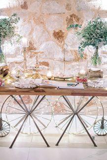 Ξεχωριστός στολισμός dessert table σε ξύλινη βάση με χρυσές και μπεζ αποχρώσεις