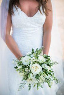 Ρομαντική νυφική ανθοδέσμη με άσπρα τριαντάφυλλα, λυσίανθο, άνθη ελιάς και πρασινάδα.