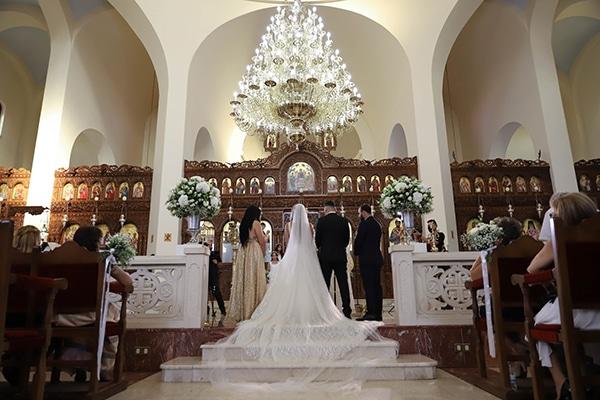 Στολισμός τελετής γάμου με ελιά και κυρίαρχο χρώμα το λευκό