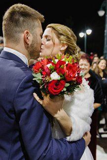 Κόκκινη ρομαντική ανθοδέσμη με τριαντάφυλλα, παιώνιες και νεραγκούλες