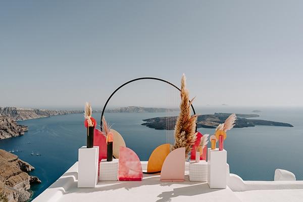 Πρωτότυπη ιδέα backdrop σε modern-boho στυλ με κίτρινους, μπεζ και φούξια χρωματισμούς