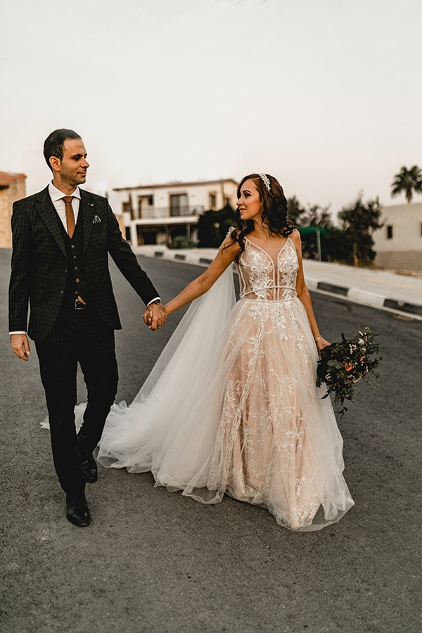 autumn-wedding-larnaca-white-coral-colors_04x