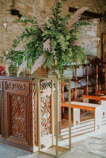 Bohemian στολισμός εκκλησίας με πρασινάδα και pampas grass