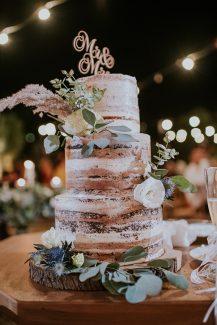Τρίπατη τούρτα γάμου σε ξύλινη βάση