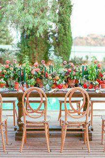 Εντυπωσιακός στολισμός τραπεζιού δεξίωσης με κεραμικά γλαστράκια από υπέροχα άνθη