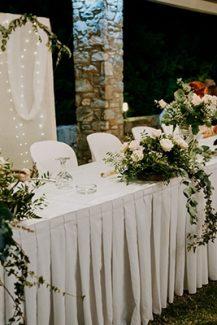 Ρομαντικός στολισμός γαμήλιου τραπεζιού με τριαντάφυλλα σε ιβουάρ και παστέλ αποχρώσεις