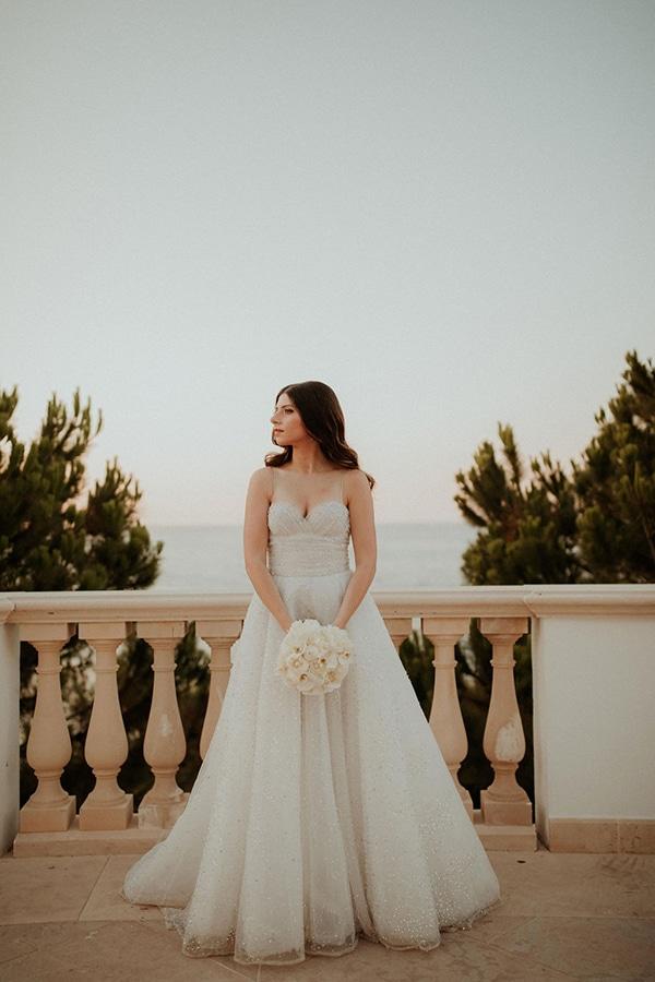 Στρογγυλή ρομαντική νυφική ανθοδέσμη σε λευκό χρώμα