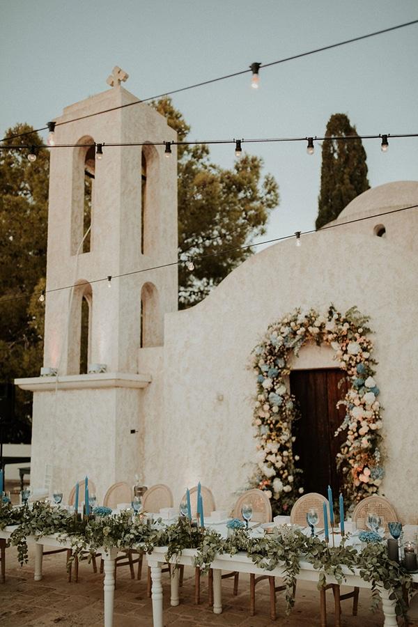 Επιβλητική αψίδα εισόδου εκκλησίας σε γαλάζιους και λευκούς χρωματισμούς