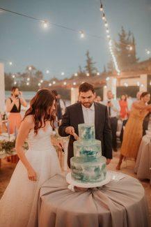 Εντυπωσιακή τρίπατη τούρτα σε λευκούς – γαλάζιους χρωματισμούς
