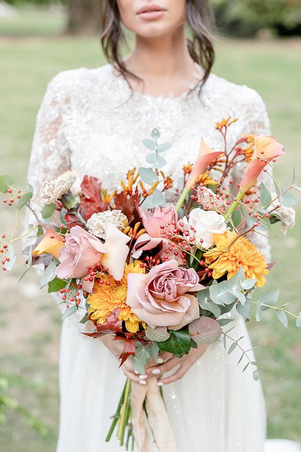 Εντυπωσιακή ανθοδέσμη με ευκάλυπτο, τριαντάφυλλα, κάλλες, ντάλιες και κρίνα σε έντονους χρωματισμούς