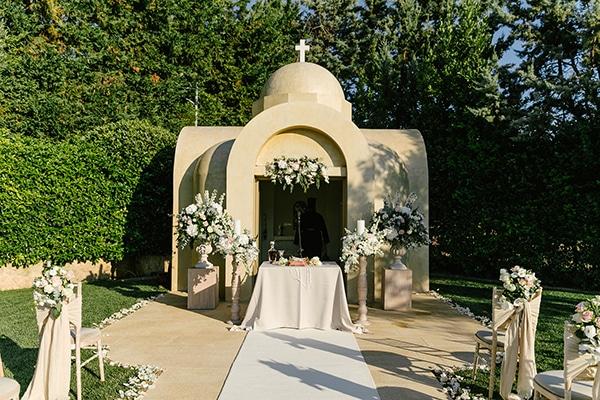 Φανταστικός στολισμός εισόδου εκκλησίας σε λευκό χρώμα