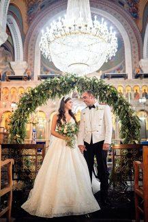 Εντυπωσιακός στολισμός εκκλησίας με κυκλική αψίδα από ευκάλυπτο, ελιά και άσπρα τριαντάφυλλα