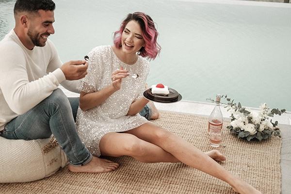 Μοντέρνα φωτογράφιση για elopement με θέα το Κρητικό πέλαγος