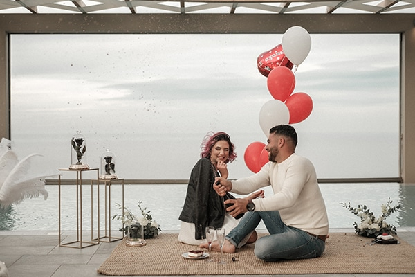 Πρωτότυπη ιδέα για elopement με μοναδικά διακοσμητικά σε τετράγωνες βάσεις και κόκκινα μπαλόνια