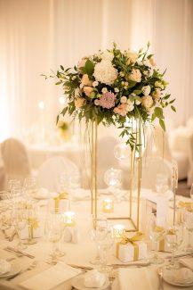 Elegant στολισμός δεξίωσης με λουλούδια σε υπέροχους χρωματισμούς