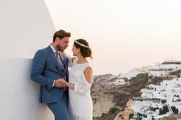 Καλοκαιρινός ρομαντικός γάμος στη Σαντορίνη με κυρίαρχο το λευκό χρώμα │Γεωργία & Ηλίας