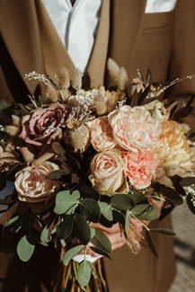 Όμορφη ρομαντική νυφική ανθοδέσμη με τριαντάφυλλα, ευκάλυπτο και γαρδένιες