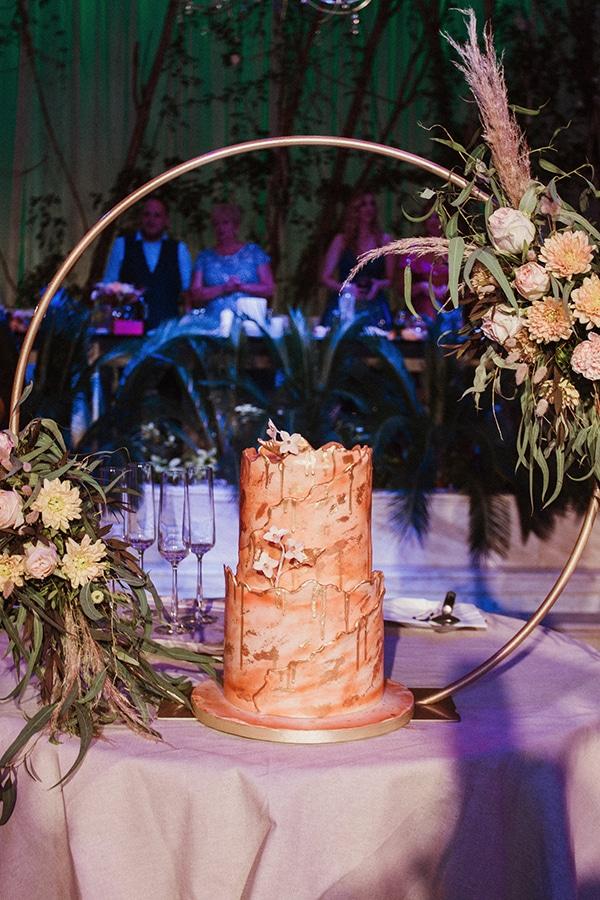 Εντυπωσιακή τούρτα γάμου με χρυσές πινελιές