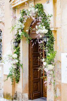 Στολισμός εισόδου εκκλησίας με γιρλάντα από αμυγδαλιά και λευκά άνθη