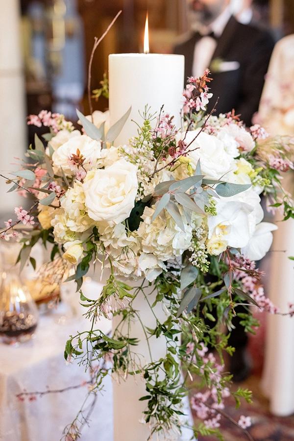 Υπέροχος στολισμός λαμπάδας γάμου με αμυγδαλιά και λευκά λουλούδια