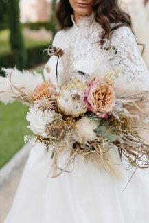 Επιβλητική ανθοδέσμη από pampas grass, τριαντάφυλλα και άλλα ιδιαίτερα λουλούδια