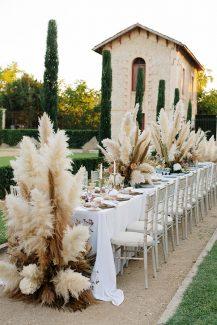 Bohemian στολισμός γαμήλιου τραπεζιού με pampas grass σε εξωτερικό χώρο