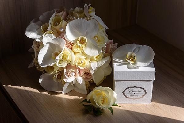 dreamy-wedding-santorini-island-orchids-roses_08x