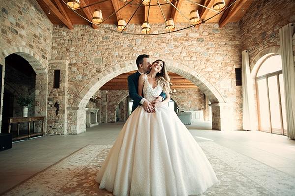 Φθινοπωρινός γάμος στον Πύργο Πετρέζα με έναν ρομαντικό λευκό ανθοστολισμό │ Βίκυ & Γιώργος