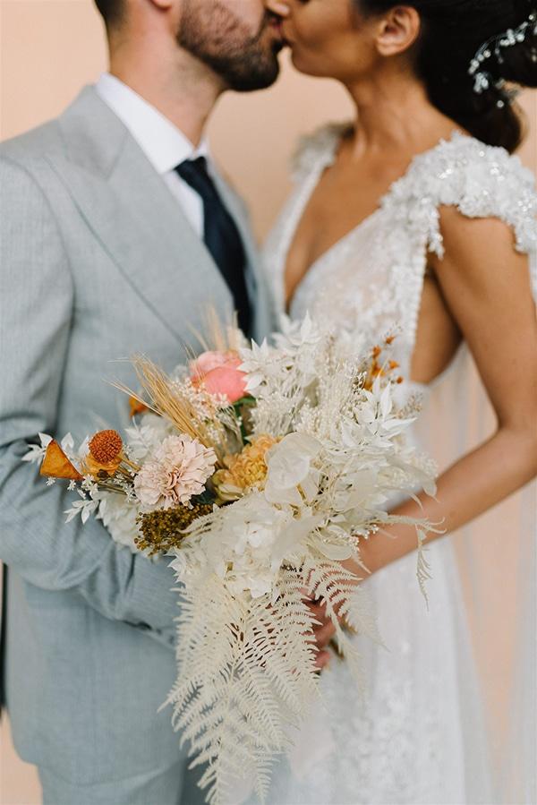 Ασσύμετρη νυφική ανθοδέσμη με αποξηραμένα λουλούδια