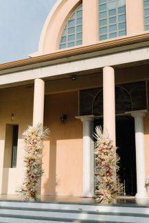 Εκθαμβωτικός στολισμός εισόδου εκκλησίας με tropical συνθέσεις, παιώνιες και ντάλιες