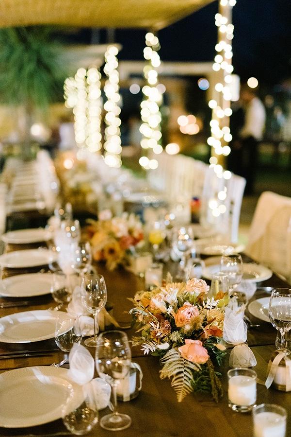 Ρομαντικός στολισμός τραπεζιών δεξίωσης γάμου με ανθοσυνθέσεις για centerpieces και κεριά